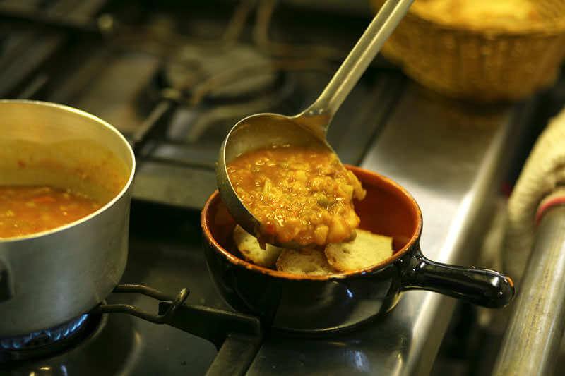 Preparazione della zuppa di pane toscana