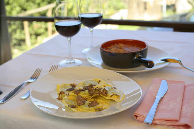 """I ravioli al tartufo nero di San Miniato e la classica zuppa di pane toscana, conosciuta come """"ribollita"""""""